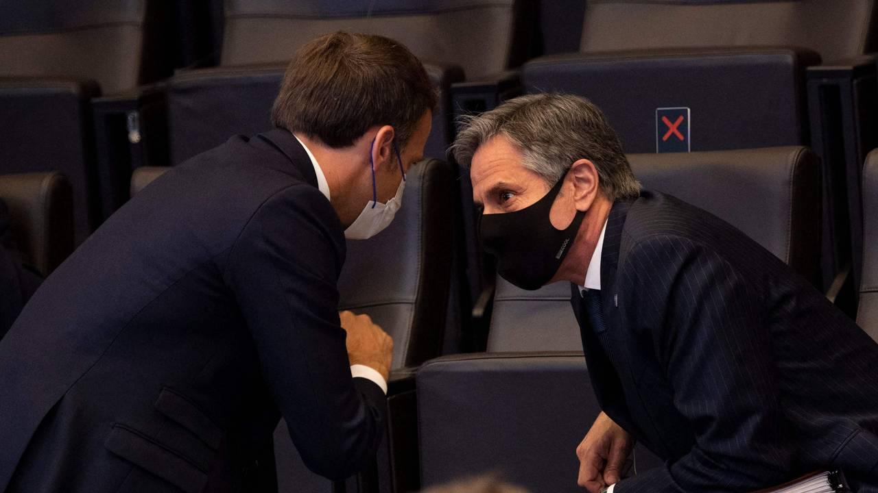 Frankrikes president Emmanuel Macron snakker med USAs utenriksminister Antony Blinken, som satt på sidelinjen.