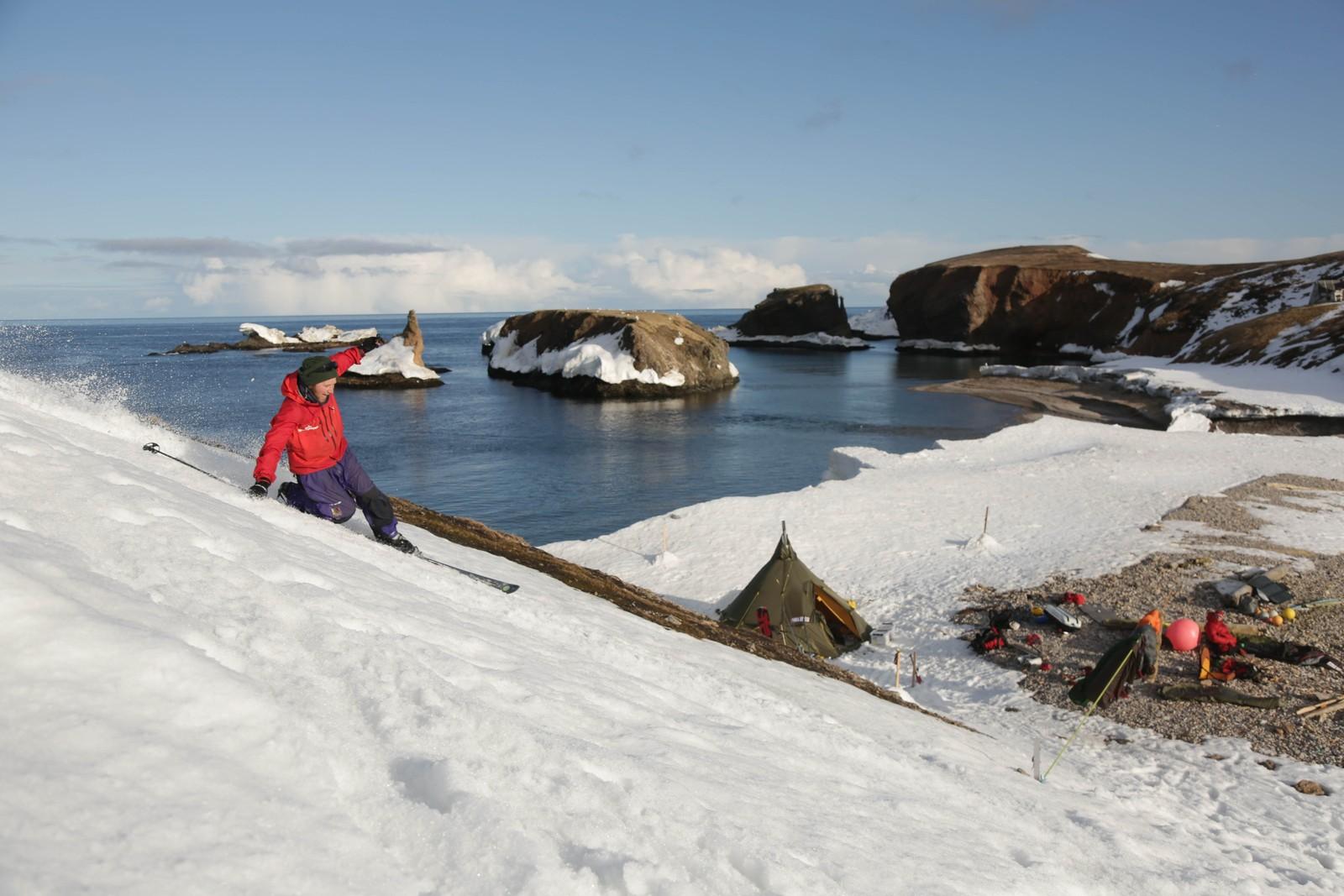 Markus Wegge på vei ned til leiren brødrende hadde da de var på Bjørnøya.