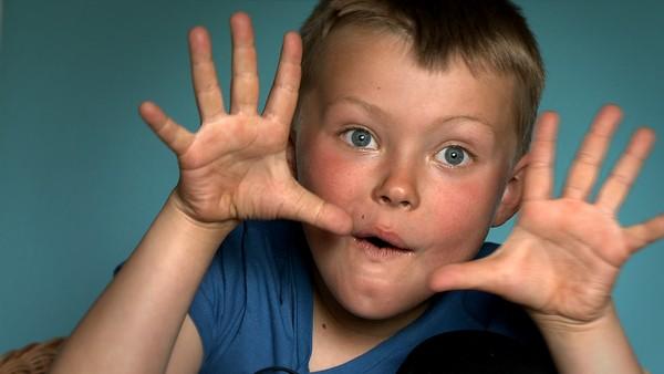 Norsk serie hvor vi får et innblikk i hverdagen til barn som har en ekstra utfordring å leve med. Noah har epilepsi. Det er litt som lyn og torden inni hodet. En voksen må alltid passe på han, men Noah vil klare seg litt selv også. Snart blir han 7 år og skal gå skirenn alene.