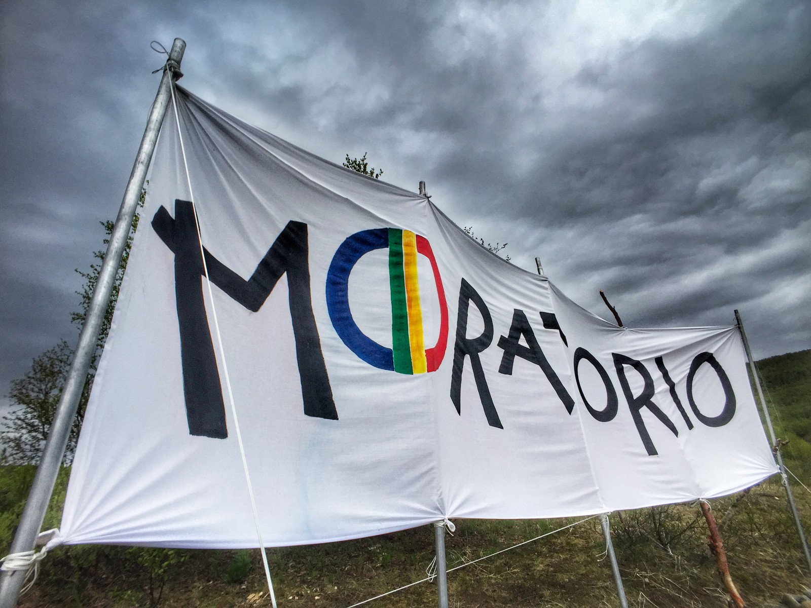Dette er demonstrantenes banner på Čearretsuolu. Her har demonstrantene erklært et såkalt «moratorium». Begrepet brukes ifølge Wikipedia blant annet «(...) når et land gjennomgår en periode med politiske og/eller økonomiske vanskeligheter. Innenfor politikk brukes betegnelsen når det er snakk om å utsette et vedtak.»