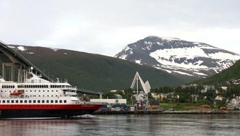 Hurtigruta på tur inn Tromsø