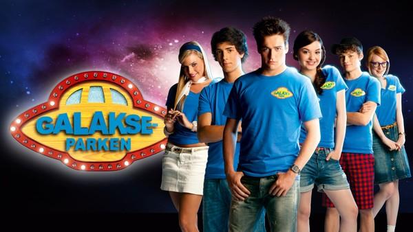 Seks ungdommer har sommerjobb i Galakseparken. På overflaten er det en trivelig familiepark, men det skjer merkelige ting. Hvem i parken opererer på ordre fra romskipet og aliens? Belgisk sciencefictionserie.