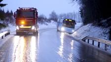 GLATT: Bergingsbil har kommet frem til bussen som har sklidd av veien i Slitu i Østfold. Bergingsbilen venter imidlertid på at veien blir strødd før bussen hjelpes tilbake på veien.