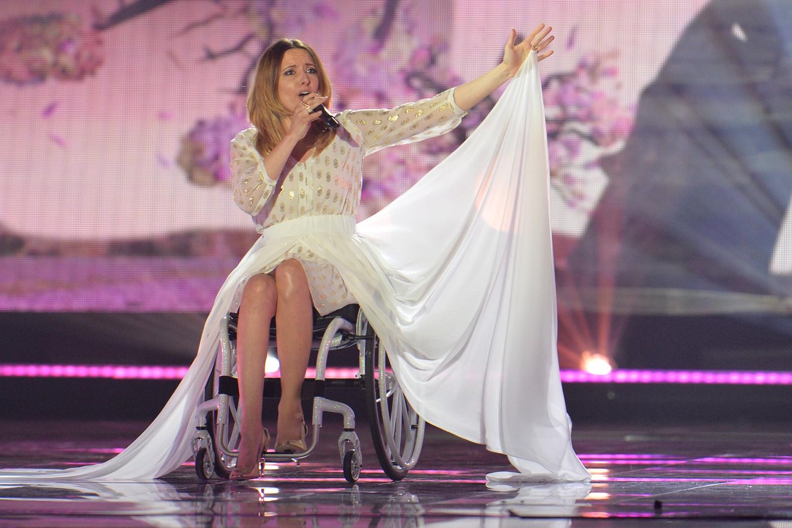 Monika Kuszyńska fra Polen framfører «In The Name Of Love» i kveld som artist nummer 17 og siste kvinne ut før det skal stemmes. Her fra onsdagens kostymeprøver.