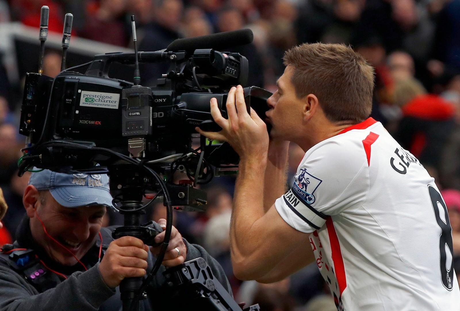 Gerrard har nesten gjort det til tradisjon å kysse et kamera etter å ha scoret på Old Trafford mot erkerivalen Manchester United.