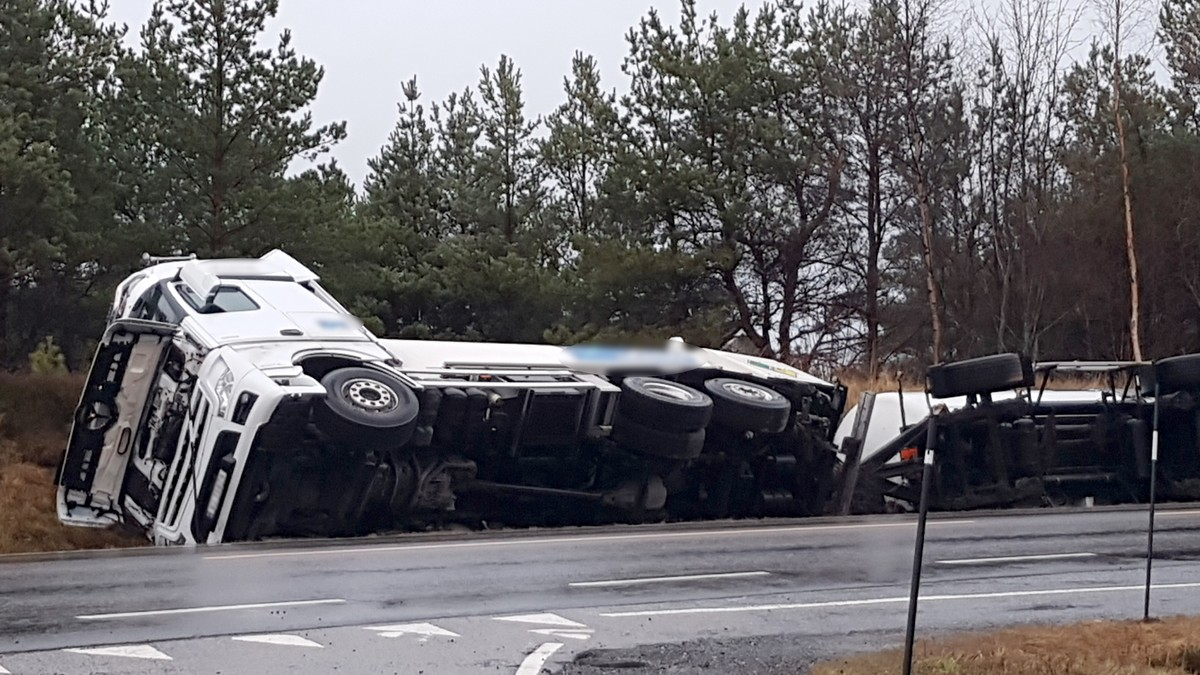 Tankbil har velta i Aure – ti hus evakuerte