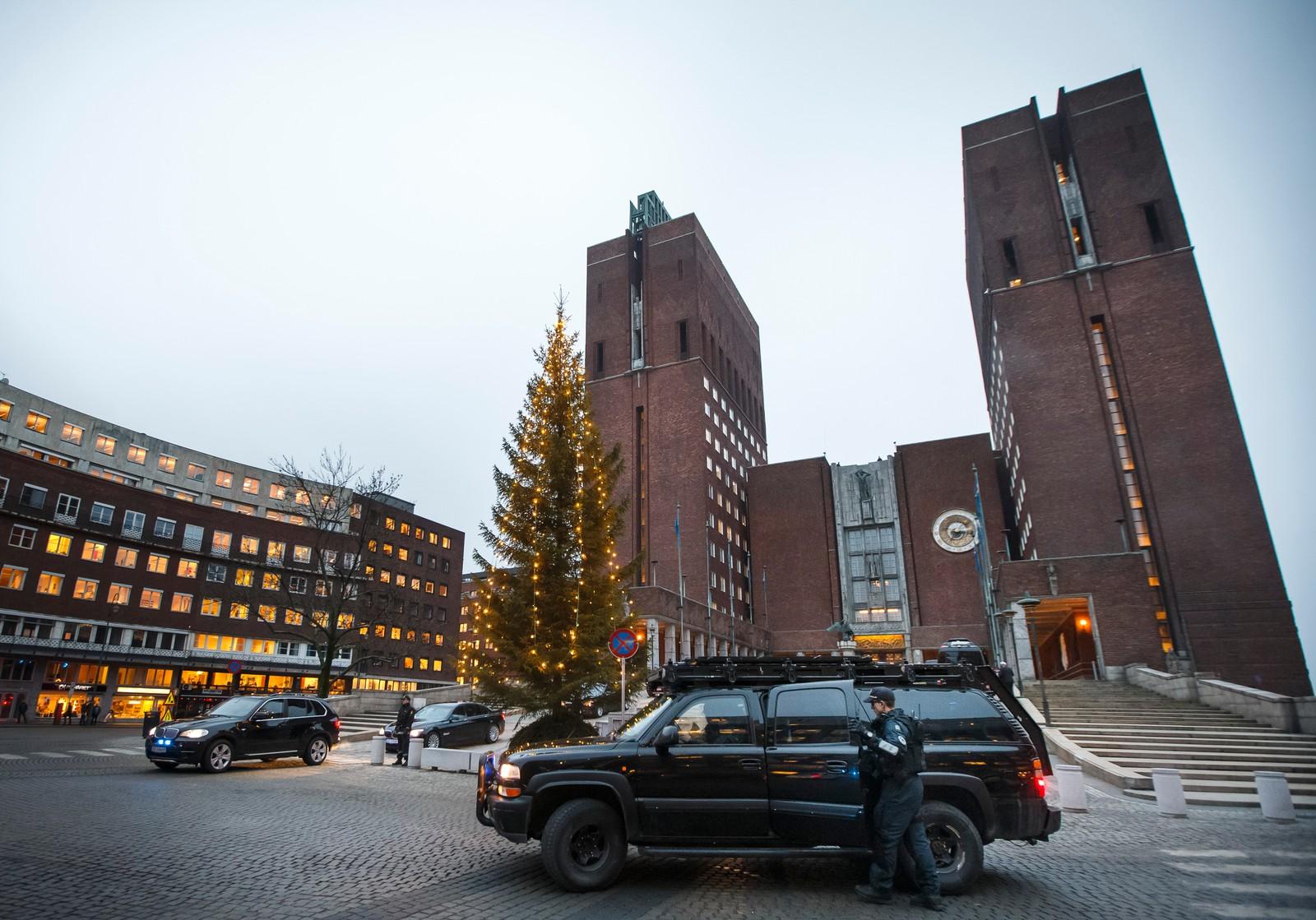 DAGEN FØR DAGEN: Mye politi med skarpe våpen og sikkerhet rundt Oslo Rådhus dagen før fredspris utdelingen til Kailash Satyarthi og Malala Yousafzai.