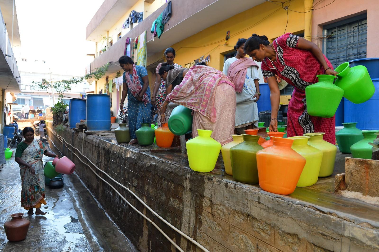 Innbyggere i Bangalore venter på å få fylle sine tanker med vann.