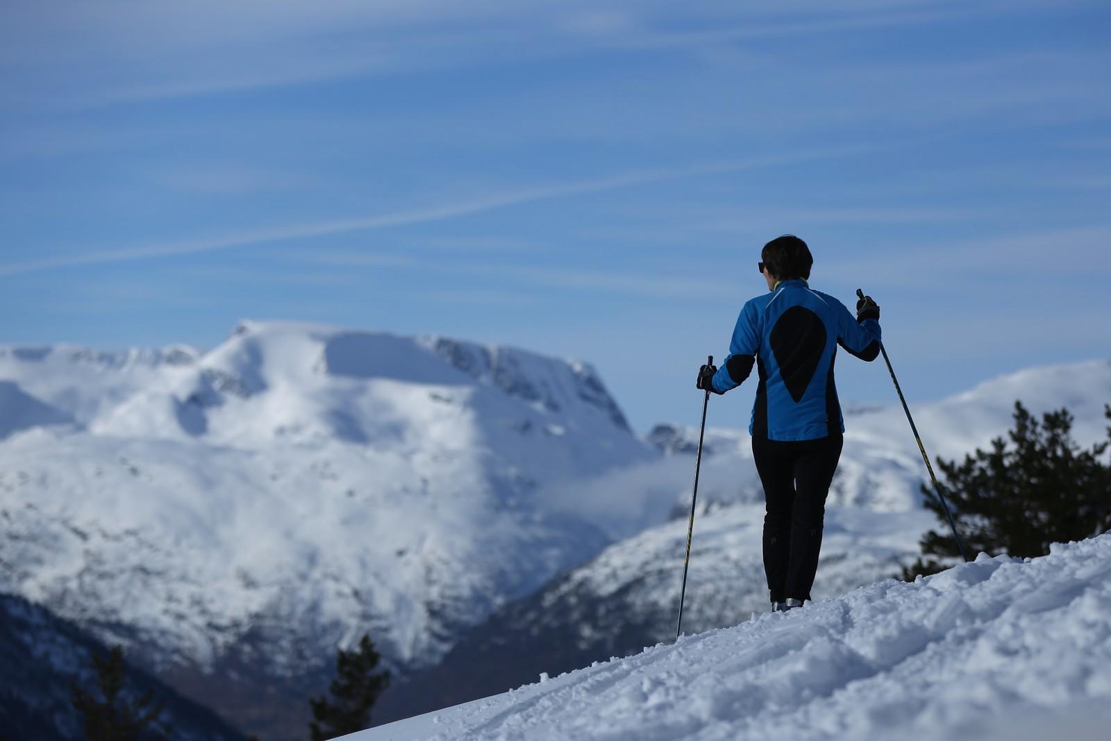 Signe Nordvik på tur frå hytta i Breimslia på Utvikfjellet. Fantastisk utsikt, skriv innsendar.