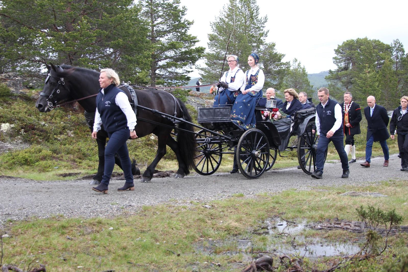Kongeparet ble fraktet med hest og vogn fra Rondablikk til Høgfjellsscena.