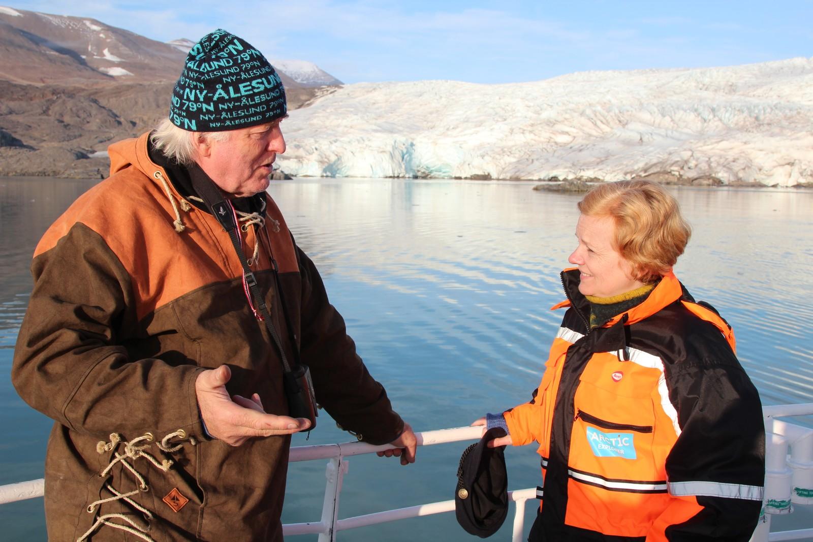 Kunstner og Svalbardianer Olaf Storø var full av isbjørnhistorier. Her sammen med NRK-Siss.