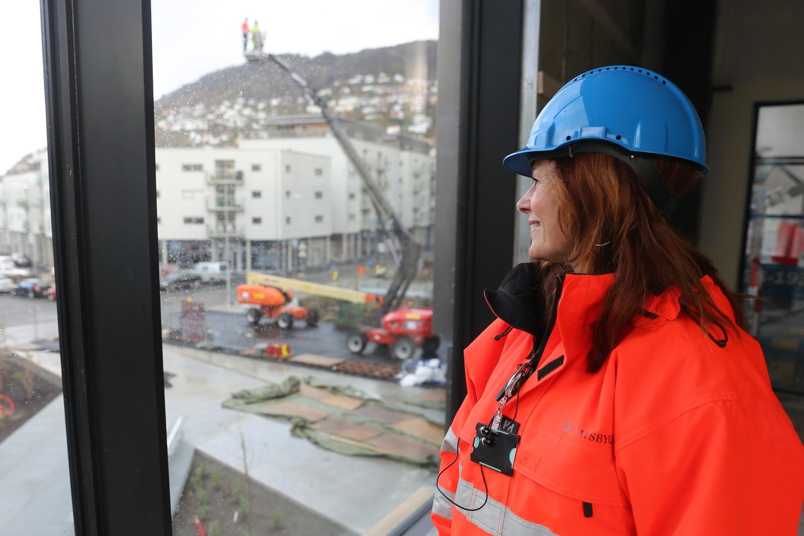 Prosjektleder og arkitekt Astrid Renata Van Veen i Snøhetta ser på utsikten fra bygget.