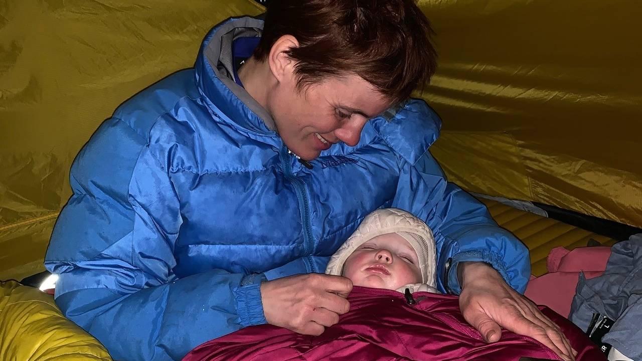 Mor med sovende barn i telt på fjellet i Rendalen.