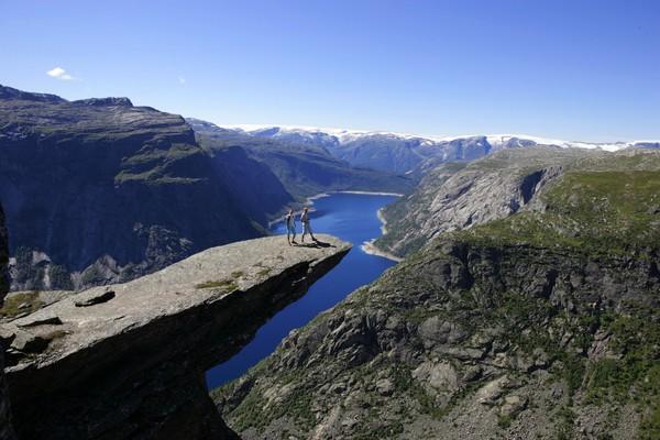 Trolltunga over Ringsdalsvatnet med utsiktmot Folgefonna. - Foto: Bergen Turlag