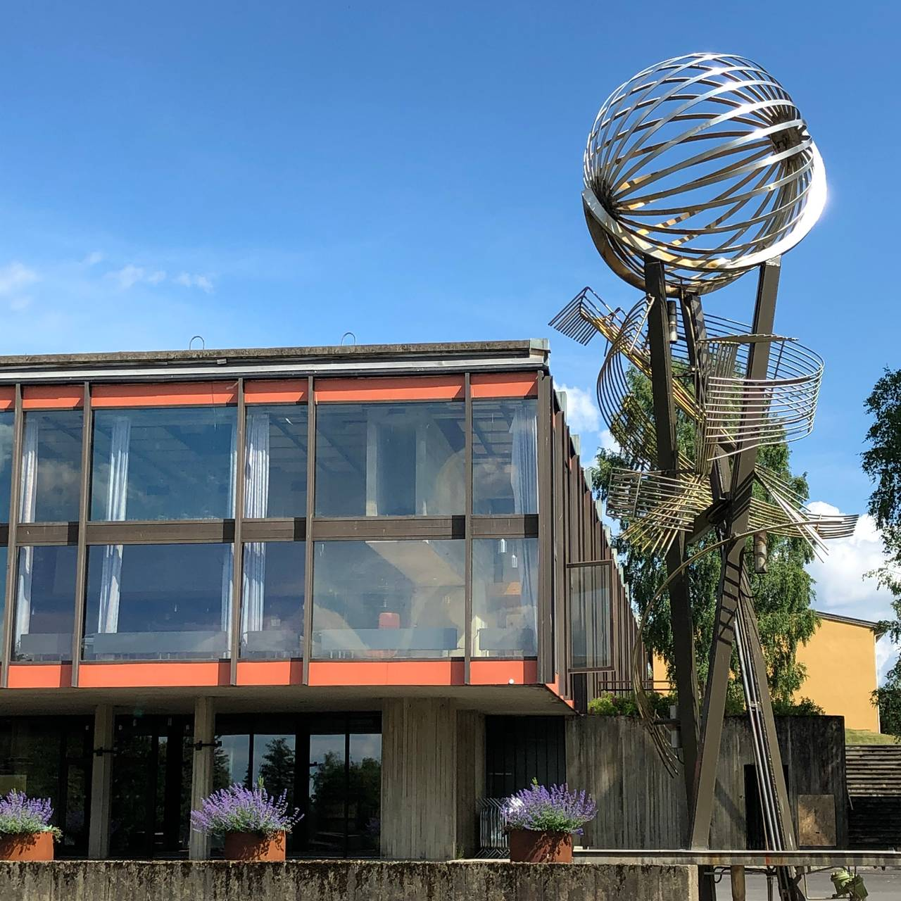 Carl Nesjars helsårsfontene/skulptur utenfor Auditorium Maximum i Ås