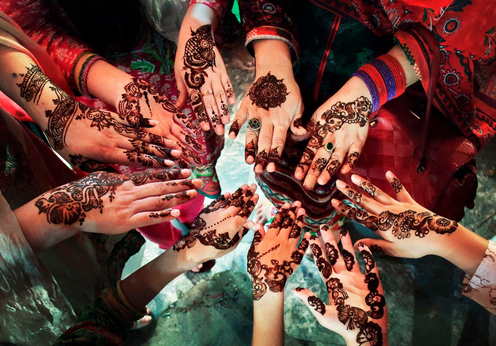ISLAMABAD: Kvinner i en pakistansk familie viser frem sine hennamalte hender i forkant av Eid al-fitr-festen som markerer slutten på ramadan.