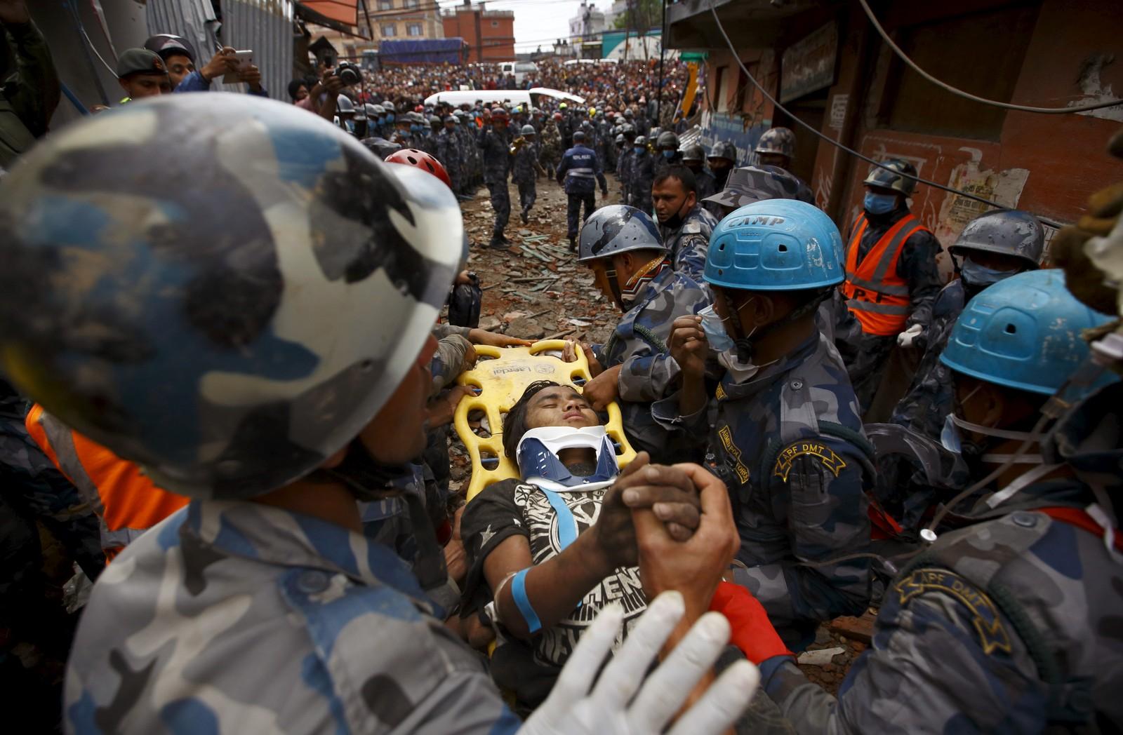 Pemba Tamang (15) overlevde fem dager sammenklemt mellom to etasjer i en blokk i Katmandu, Nepal.REUTERS/Navesh Chitrakar