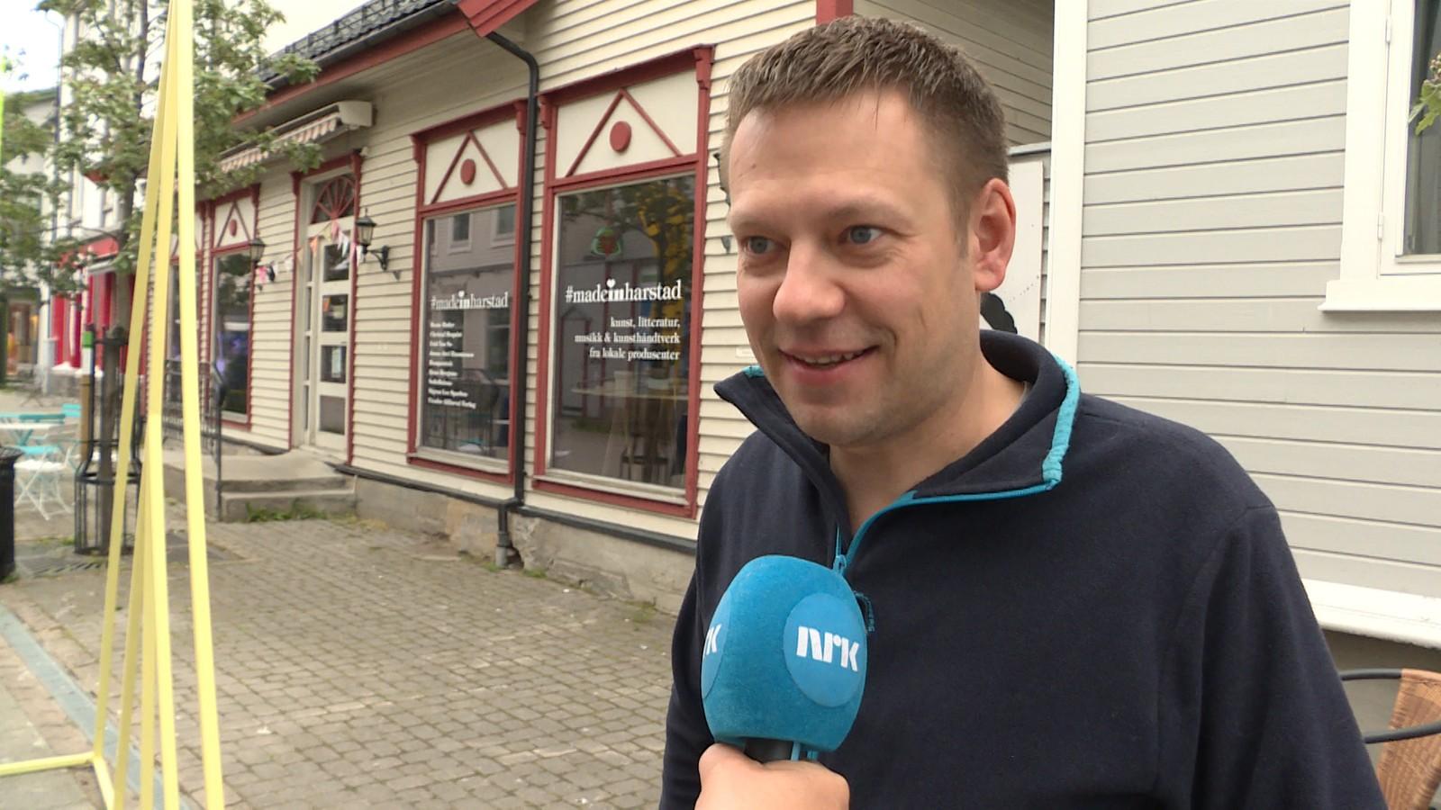Fredrik Nordnes synes ikke at turistskatten skal innføres. - Det høres ikke riktig ut. Jeg synes at staten bør ha penger til å ordne opp, og ta tak i de problemene kommunen har. Han sier seg ikke villig til å betale ekstra når han er turist.