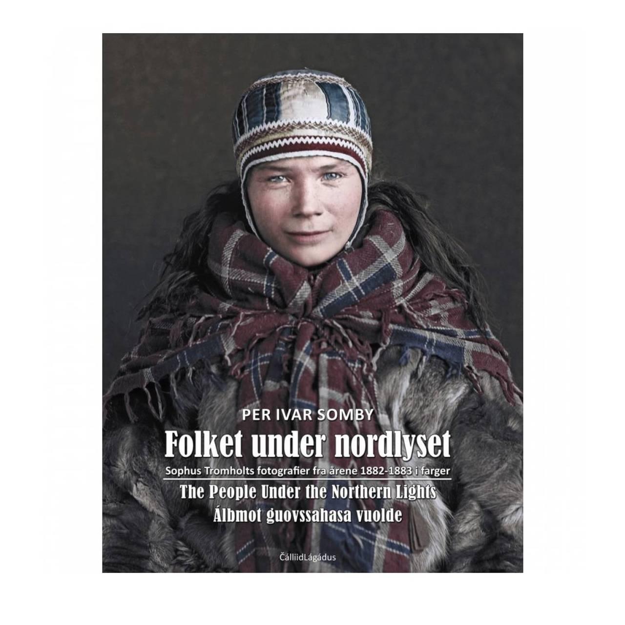 Bokomslag «Folket under nordlyset»/«Álbmot guovssahasa vuolde» av Per Ivar Somby om den danske forskeren Sophus Tromholts fotoprosjekt