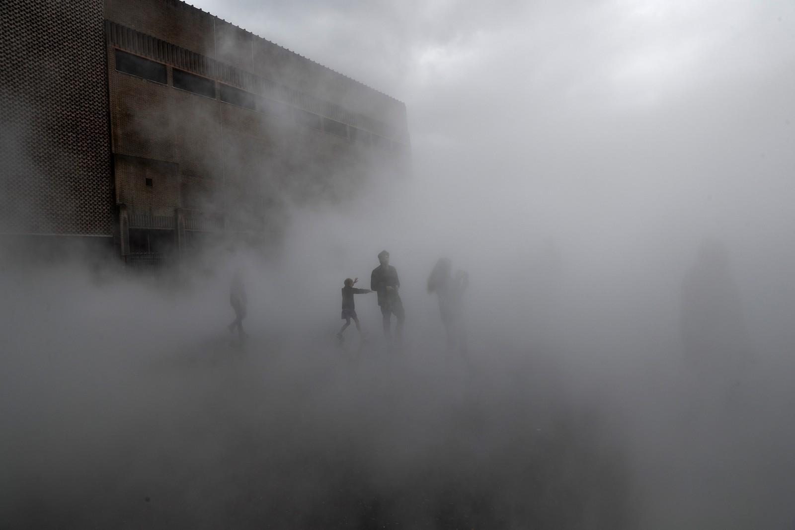"""Museet Tate Moderns viste fram installasjonen """"London Fog"""" denne uka, til stor glede for publikum. Verket er signert den japanske kunstneren Fujiko Nakaya."""
