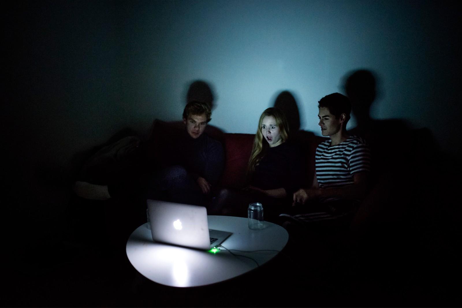 2. plass Åpen klasse: Maud Lervik Grøttland, praksisstudent Politiken.  Streamere: I København streamer 46 prosent minst en gang i uken. Man kan «bingewatche» – se tv-serier mange timer i strekk – enten alene eller med venner. Kanskje inviterer man dater eller kjærester over på «Netflix and chill» eller møtes med venner hver mandag for å se Westworld eller en episode av New Girl, før man faller i søvn. Fra venstre: Joachim B. Gjerdevik (25), Elvira Broberg (22) og Kai Lindal (22).