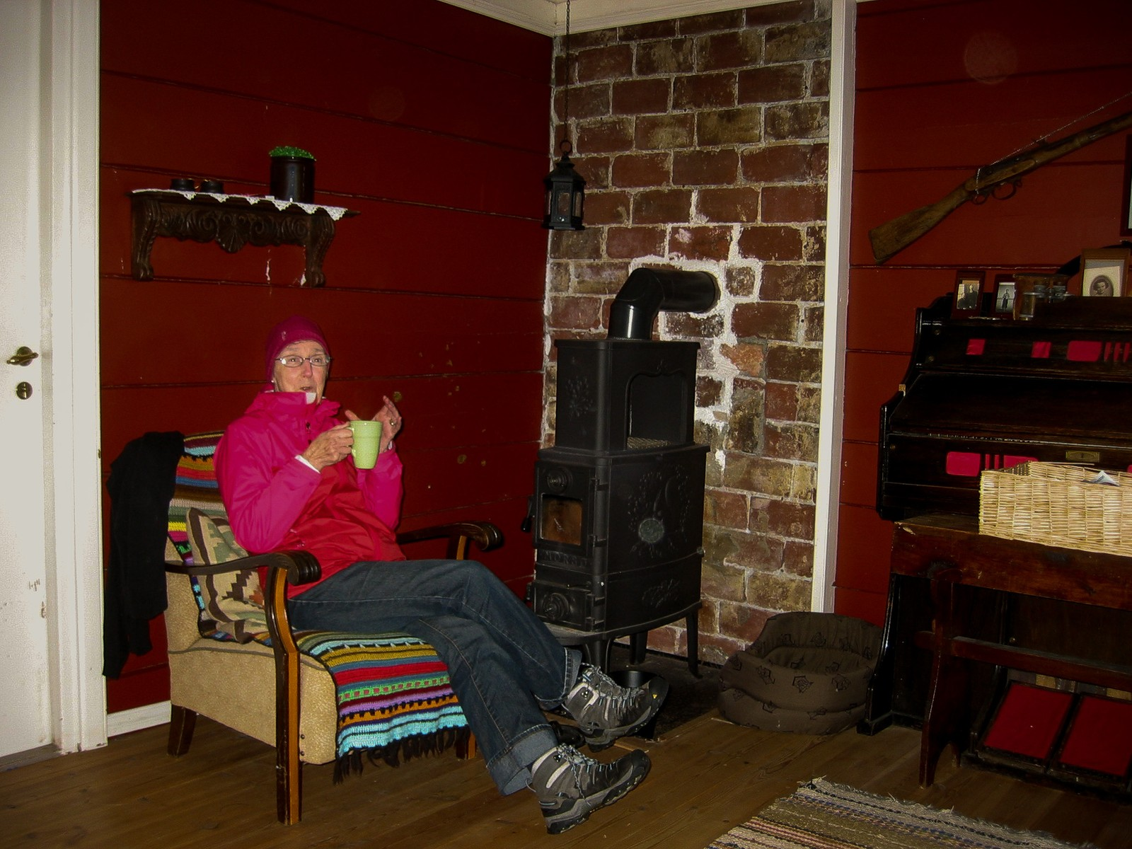 Lizet varmar seg ved omnen i stova til Severin.