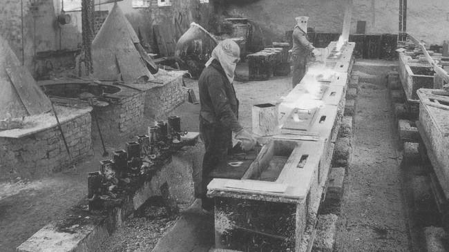 Frå produksjonen, truleg på 1930-talet. Eigar av foto: Vadheim Elektrochemiske Fabriker.