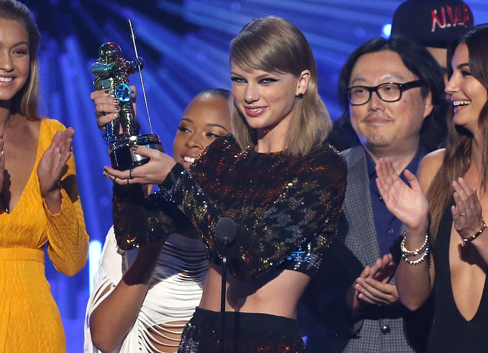 Taylor Swift mottok prisen for årets musikkvideo for «Bad Blood». Swift fikk hele fire priser under årets utdeling.