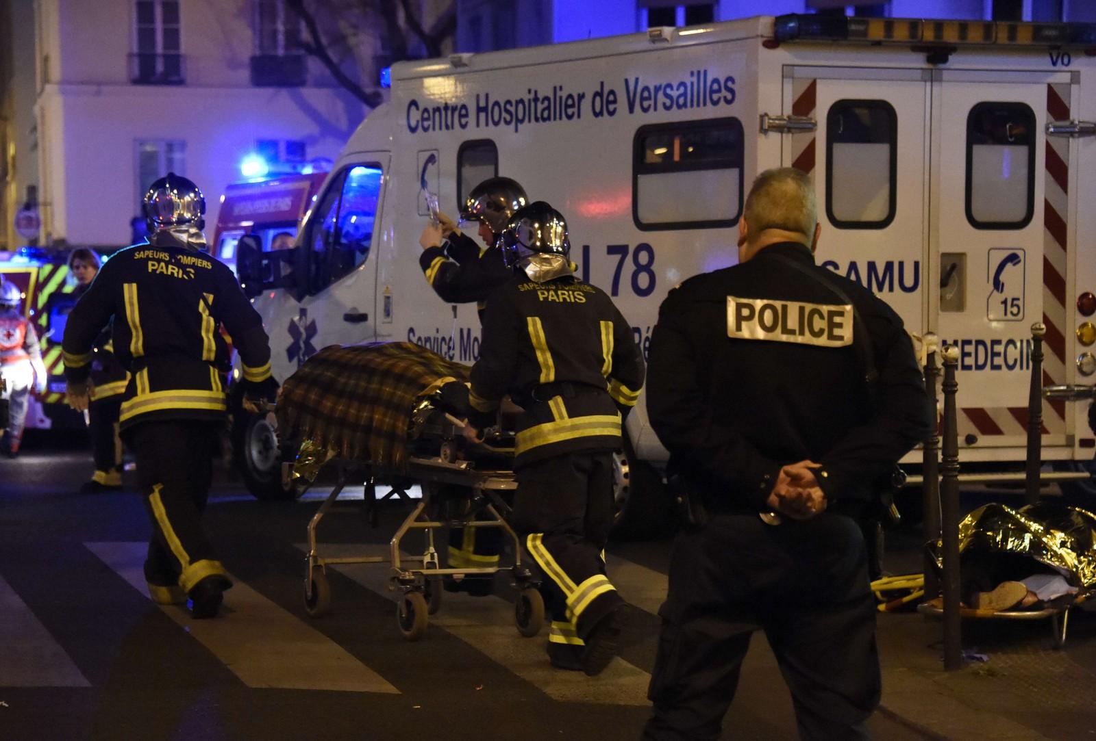 BATACLAN: På vei til Bataclan åpnet væpnede menn ild mot flere kafeer og etterlot seg mange døde i Paris' gater. Inne i det fullsatte konsertlokalet, som rommer opp mot 1.600 mennesker, fortsatte de å skyte med automatvåpen mot dem som var kommet for å høre Eagles of Death Metal.