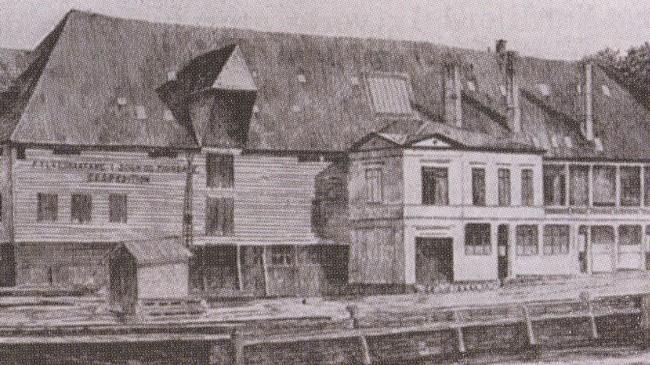 Det første hovudkvarteret til Fylkesbaatane, Petanebryggen i Bergen. Teikning frå mellomkrigstida. Eigar: Fjord1 Fylkesbaatane.