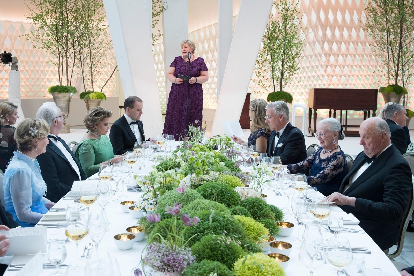 Statsminister Erna Solberg holder tale under regjeringens festmiddag for kongeparet i Operaen i anledning kongeparets 80-årsfeiring