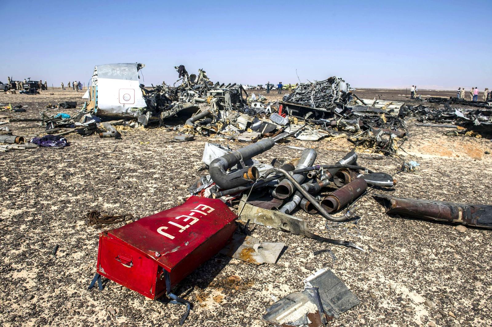 Deler fra det russiske flyet A321 ligger strødd utover bakken.