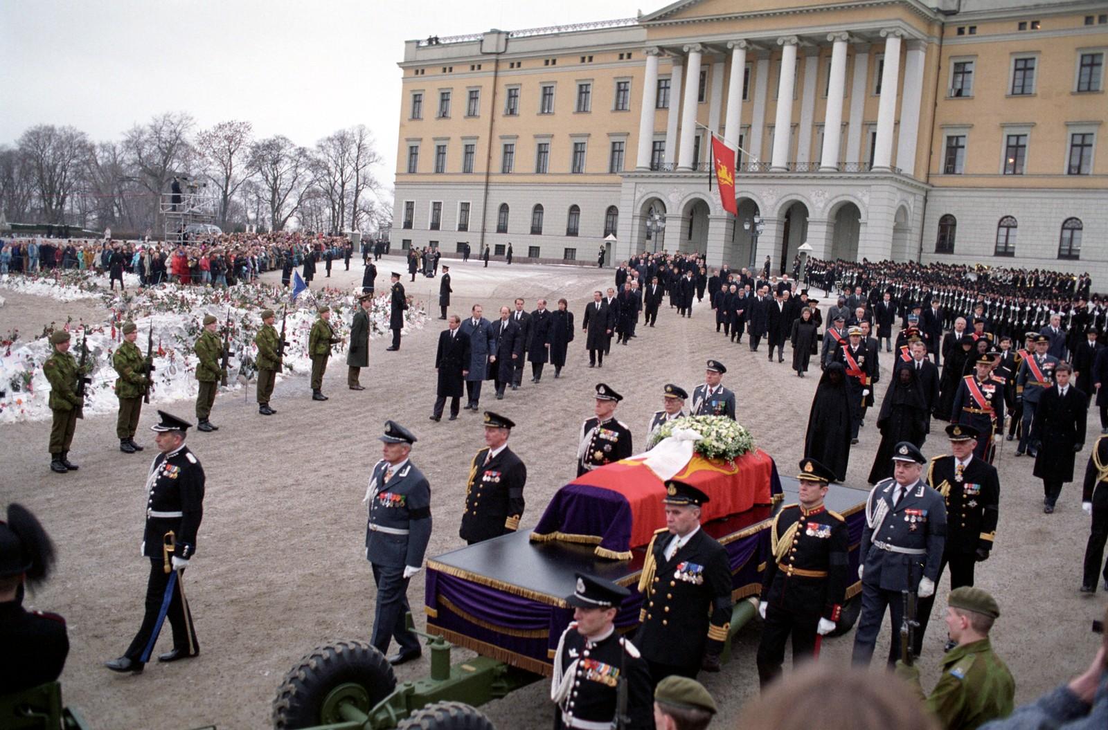 Den 30. januar, 13 dager etter at han døde, ble kong Olav begravet. På Slottsplassen kan enda store mengder blomster sees i snøfonnene.
