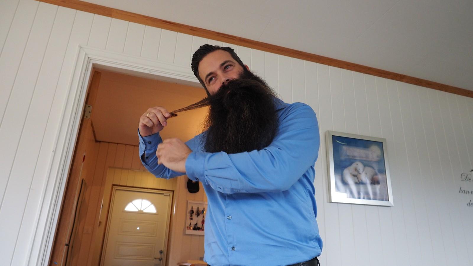 SKAL STUSSES: Nils liker at skjegget får vokse vilt. Han bruker ikke lenger tid på rette kanter.