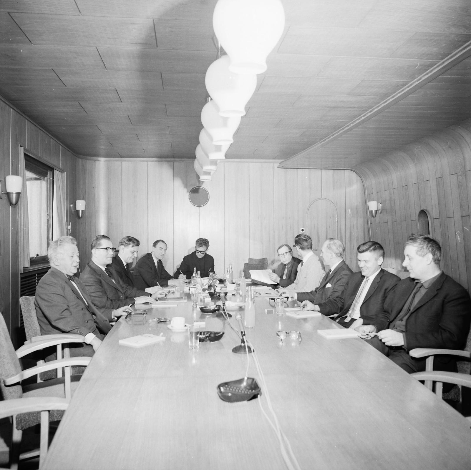 Møte med et utvalg fra Kringkastingsrådet i NRK, programutvalg II 1965. Fra Høyre i bilde Torolf Elster, Bjartmar Gjerde, Oscar Olsen, Ingjald Ørbeck Sørheim, Hans Jacob Ustedt, Ivar Eskeland, Oddvar Folkestad, Tor Olav Oftedal, Halvor Hjertvik, og Torolv Kandahl.