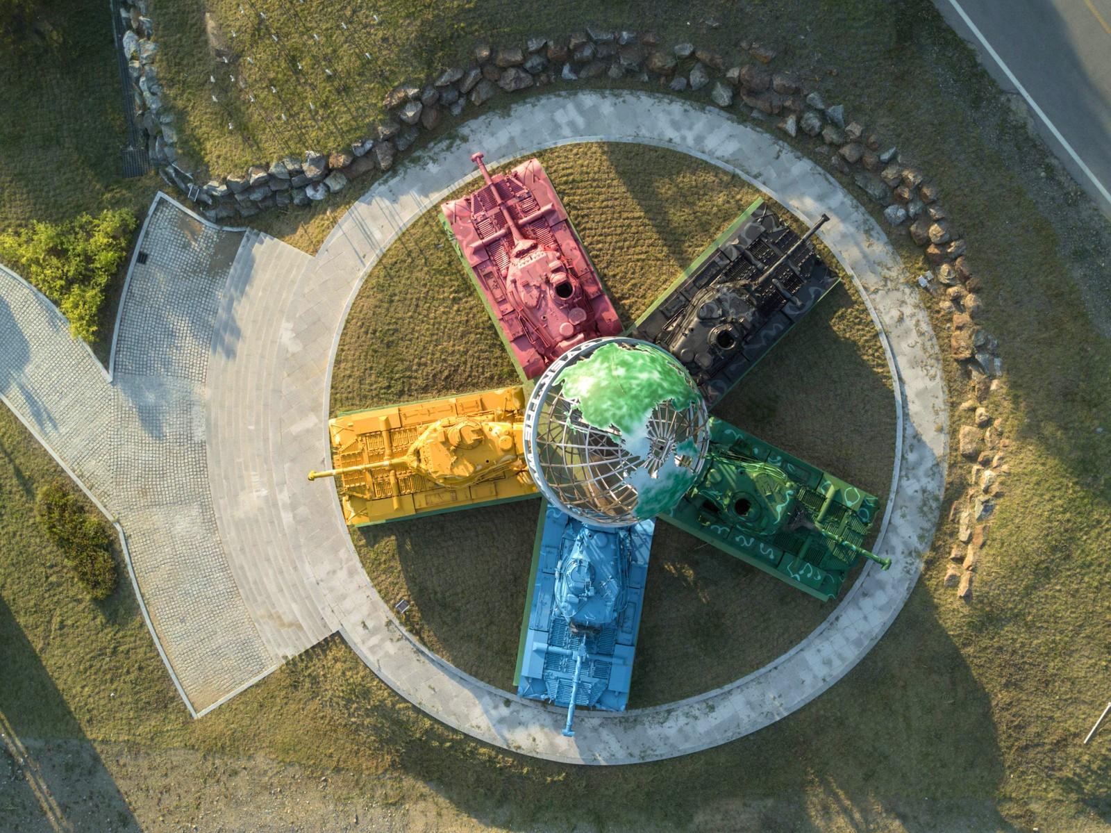 """Dette er en kunstinstallasjon kalt """"Peace All Around the World"""". De fargelagte tanksene er fra Koreakrigen. Verket ligger ved Hwacheon, som ligger i den demilitariserte sonen mellom Nord- og Sør-Korea."""