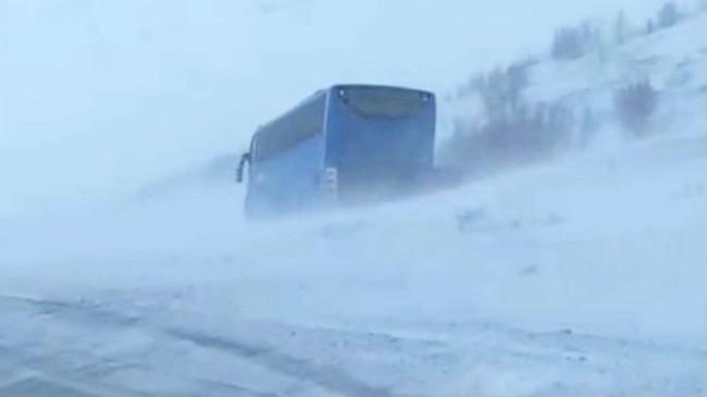 Buss som har blåst av veien på E6 over Sennalandet.