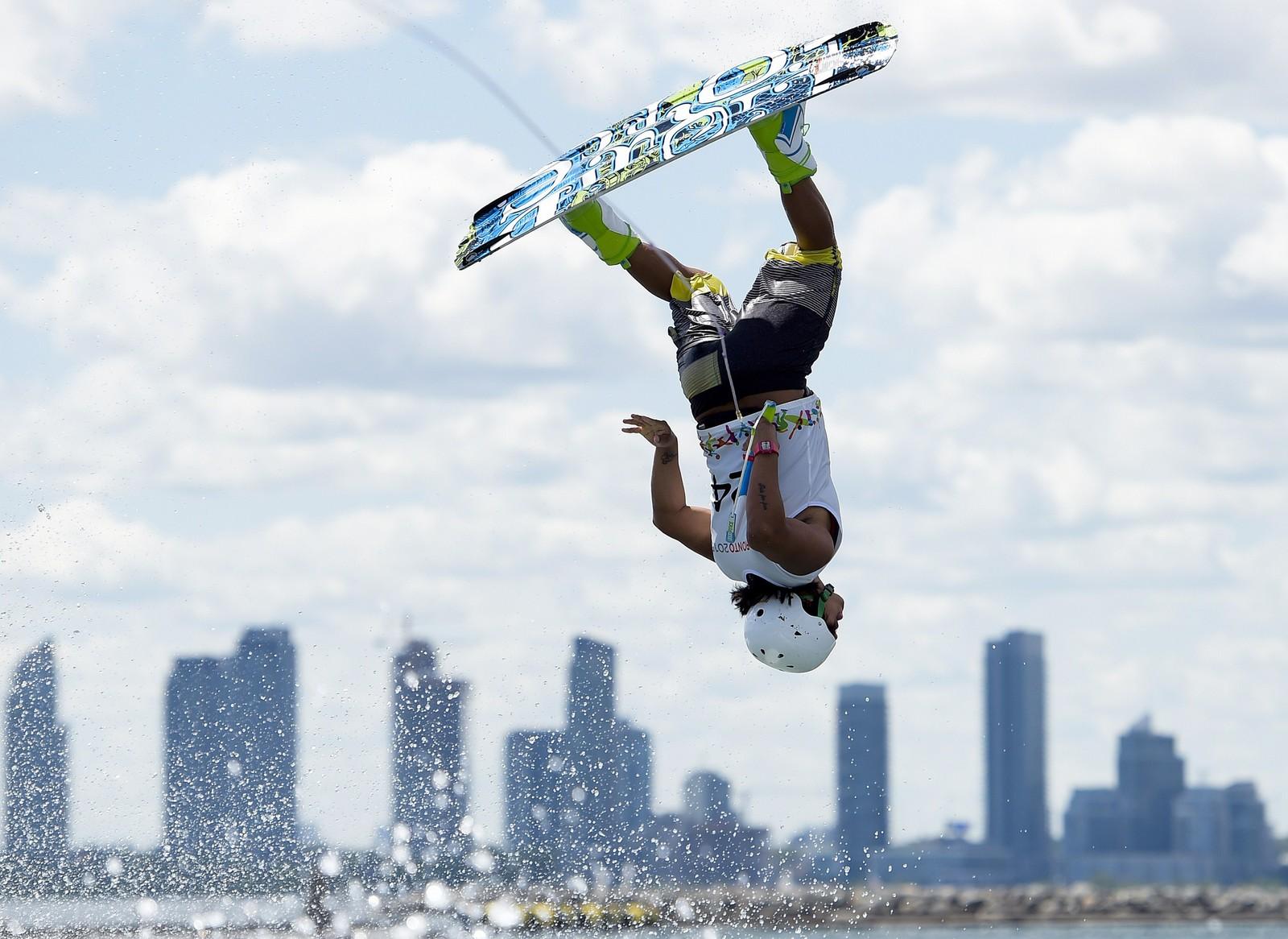 Jamie Bazan fra Ecuador i aksjon under semifinalen i wakeboard-konkurransen i Pan American Games i Toronto.