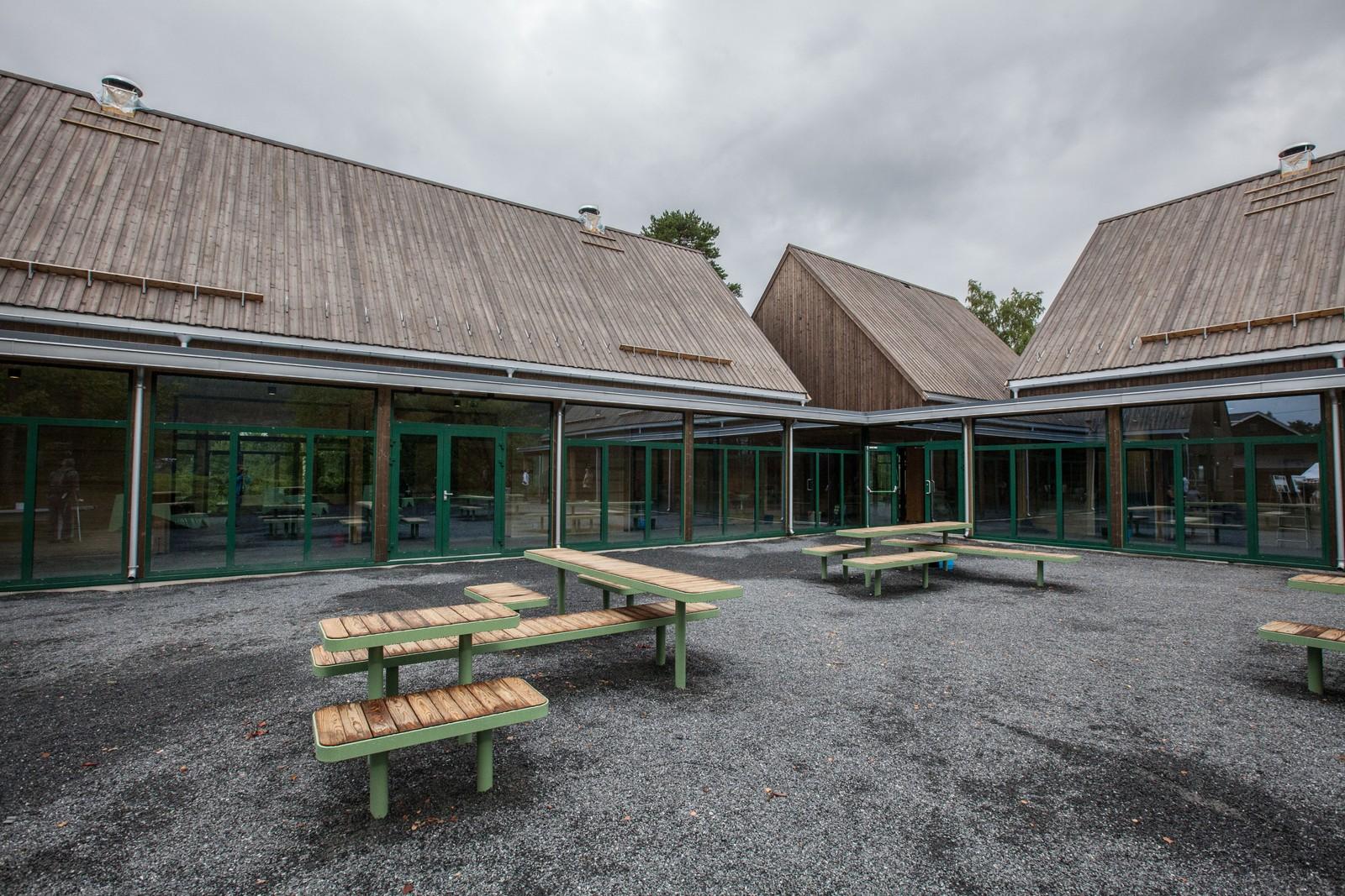 Utenfor bygget med kafé og konferansesal er det satt ut benker.