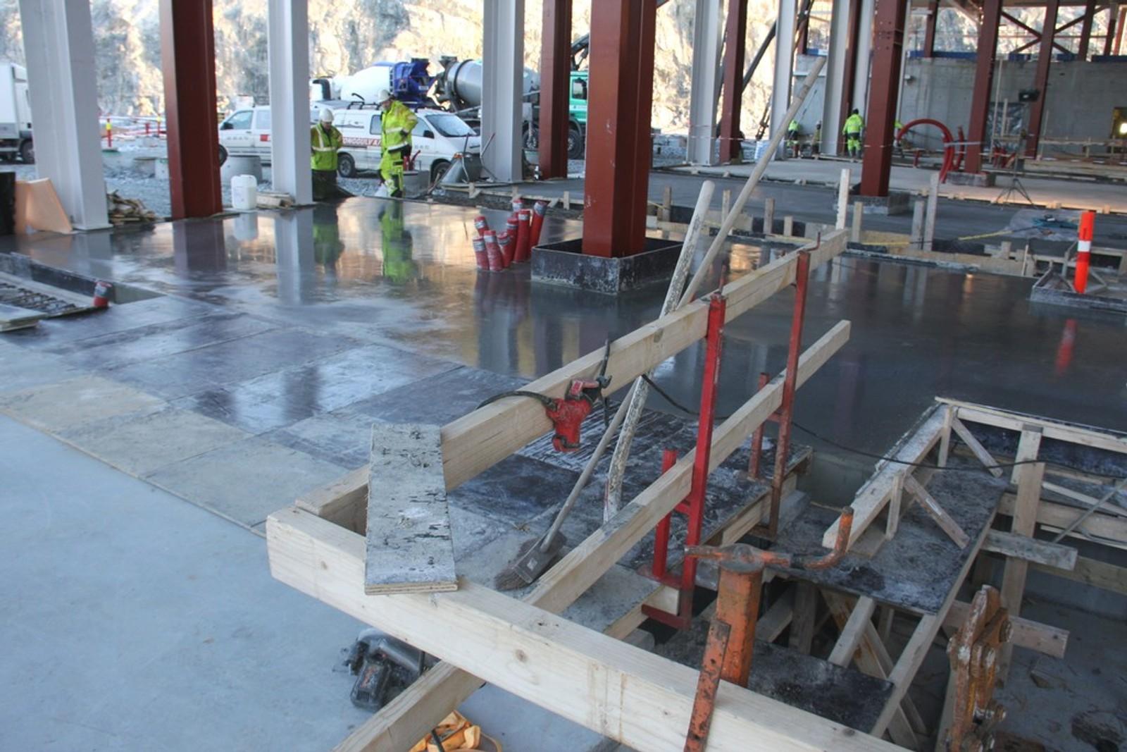 BYGGER RASKT: Rundt 100 meter av vognhallen er allerede oppført. Man begynner å sette opp og kle 100 meter vegg i neste uke. Deretter vil bygget bli forlenget med 50 meter i uken.