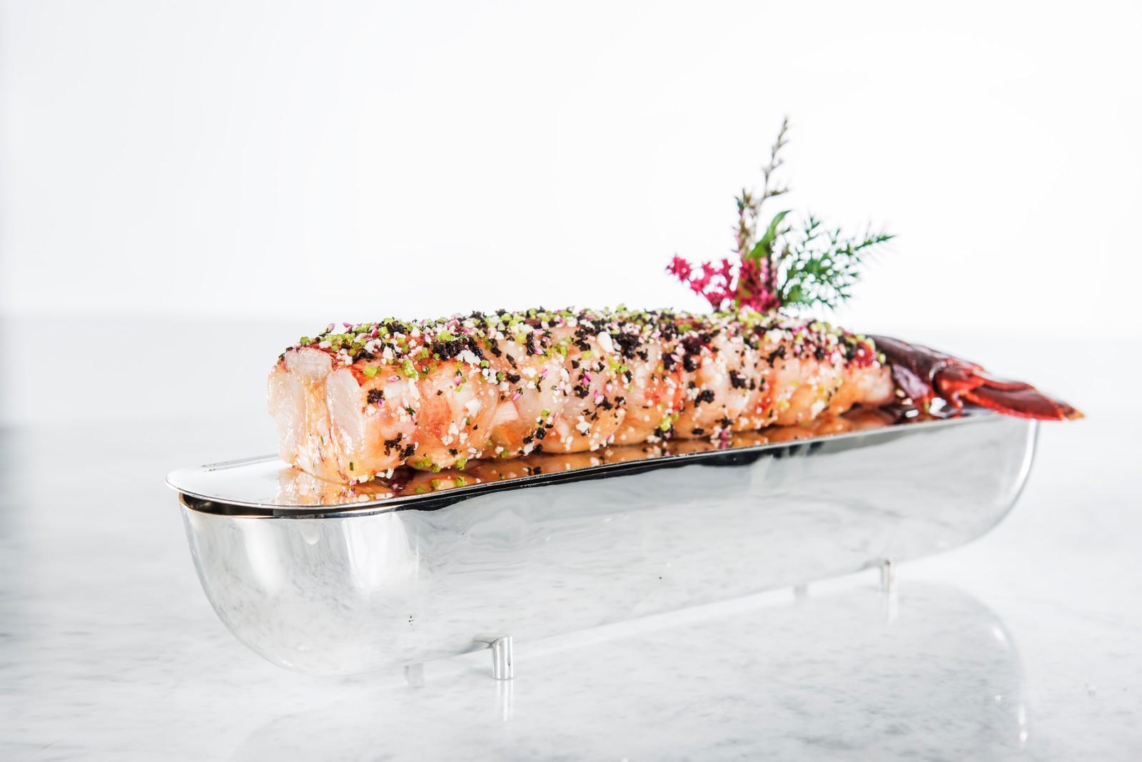 Posjert hummerhale «a la Norvegienne» med estragon og fennikelfrø (Hummar- og kylling-tallerken)