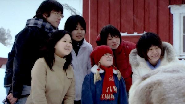 Klara Klegg drar til Japan.       Linus og Atif må passe på Klara Klegg mens mamma og pappa er i butikken. Det er ikke så lett når Klara heller vil reise til Japan.