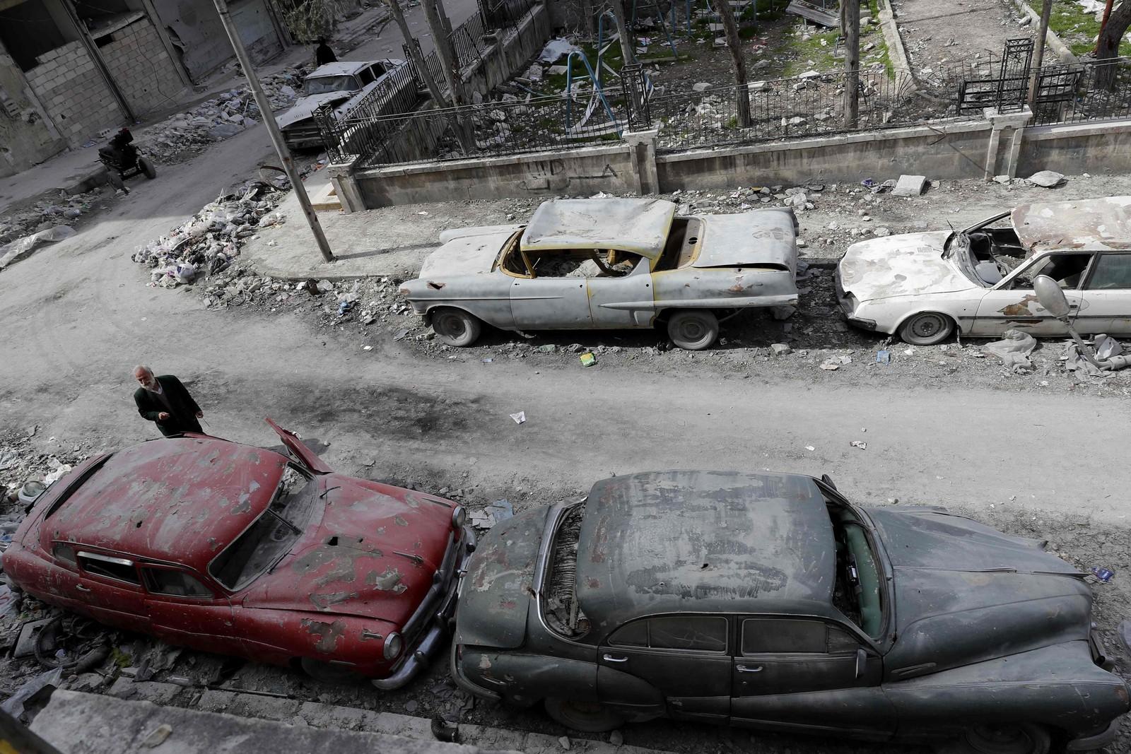 Bilene til Mohammad Anis står fortsatt parkert i gata utenfor leiligheten hans i Aleppo.