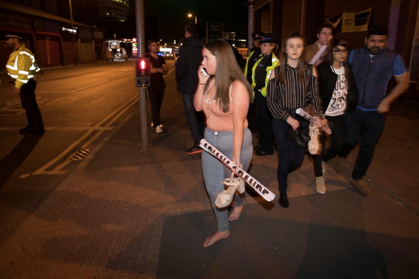 Unge fans av popstjernen Ariana Grande forlater lokalet.