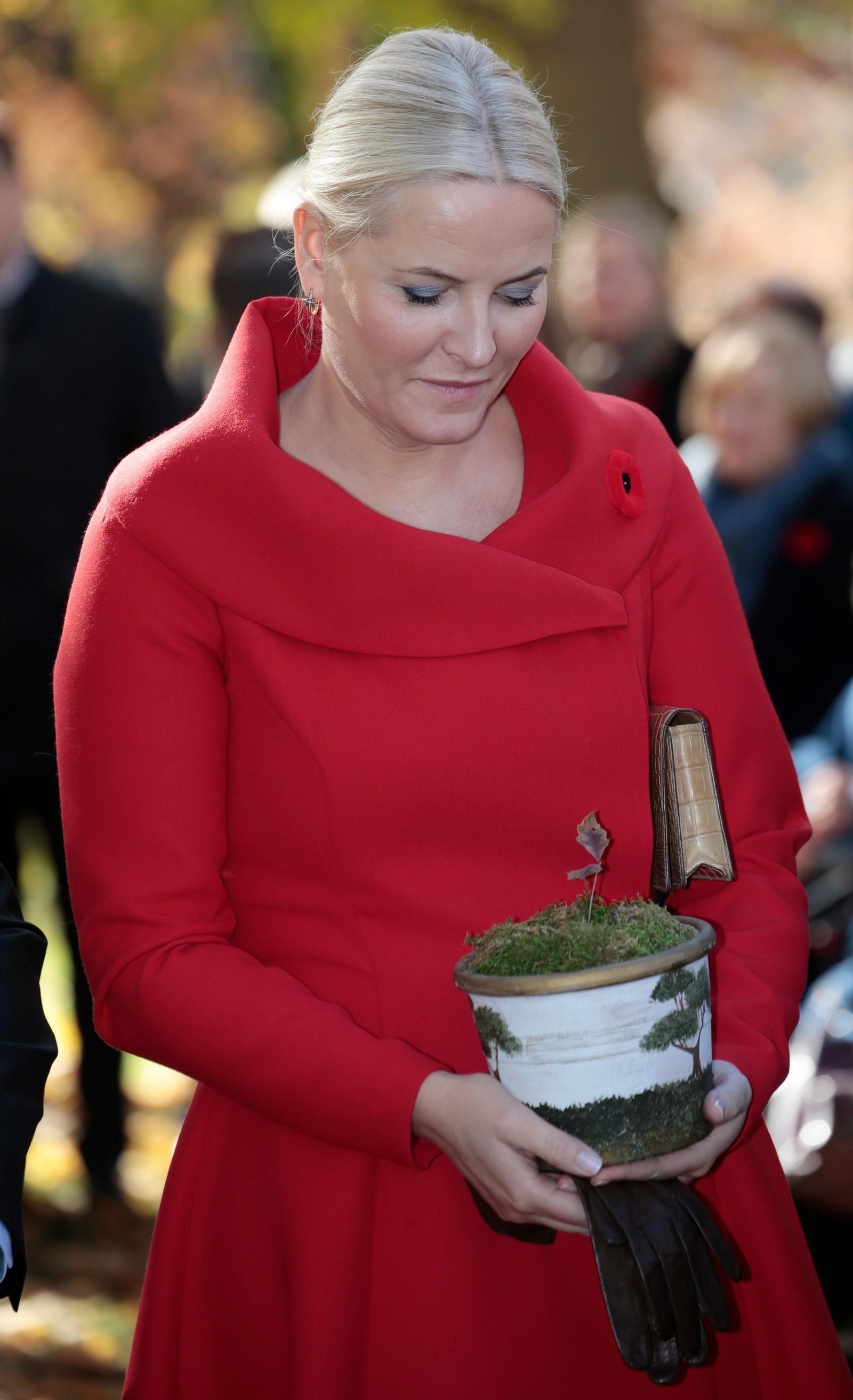 Kronprinsesse Mette-Marit med gåva ho fekk i går. Ein stikling frå eiketreet som dronning Sonja planta då kongeparet var på statsbesøk i Canada i 2002.