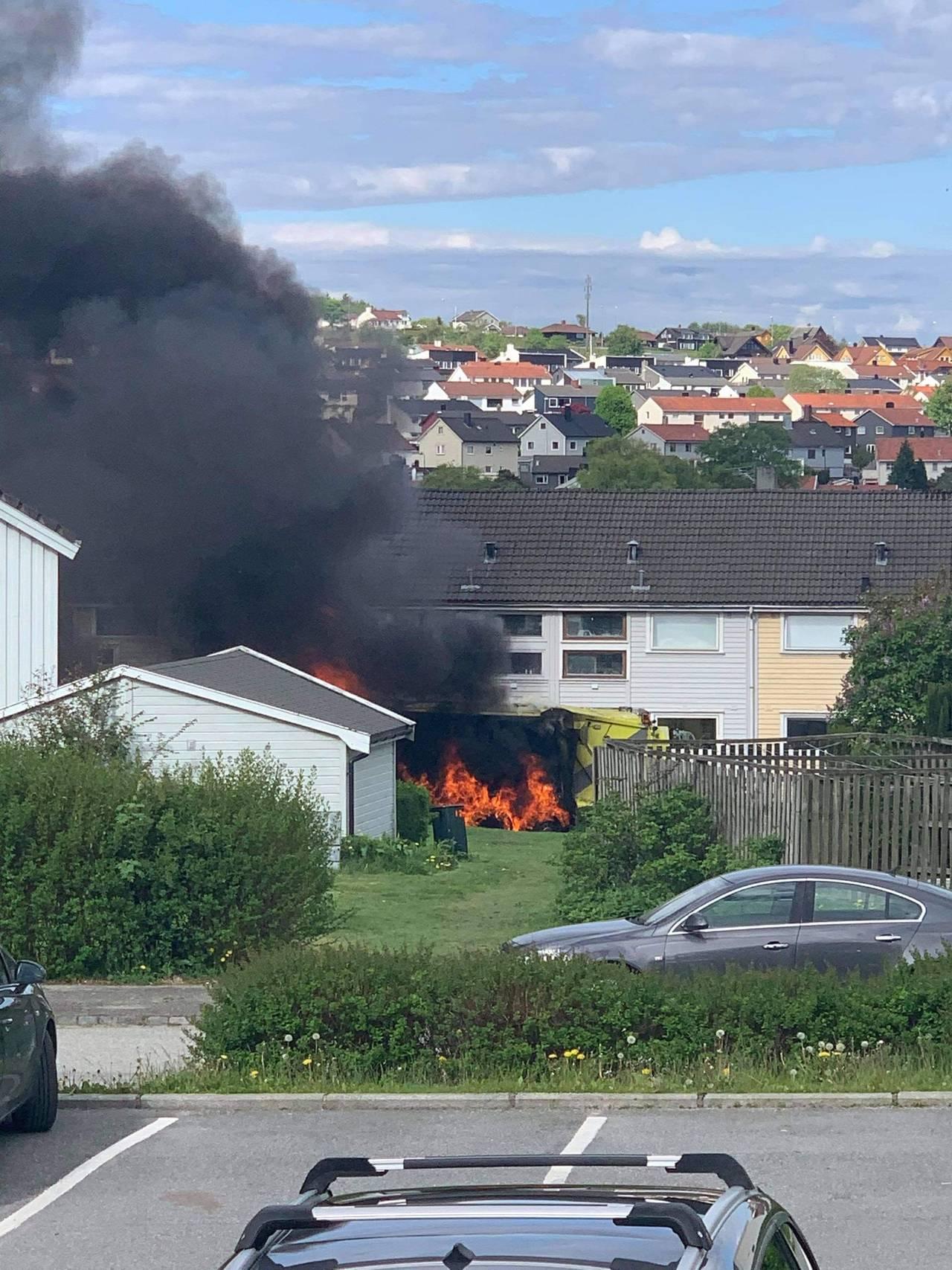 Søppelbil i brann på Auglend.