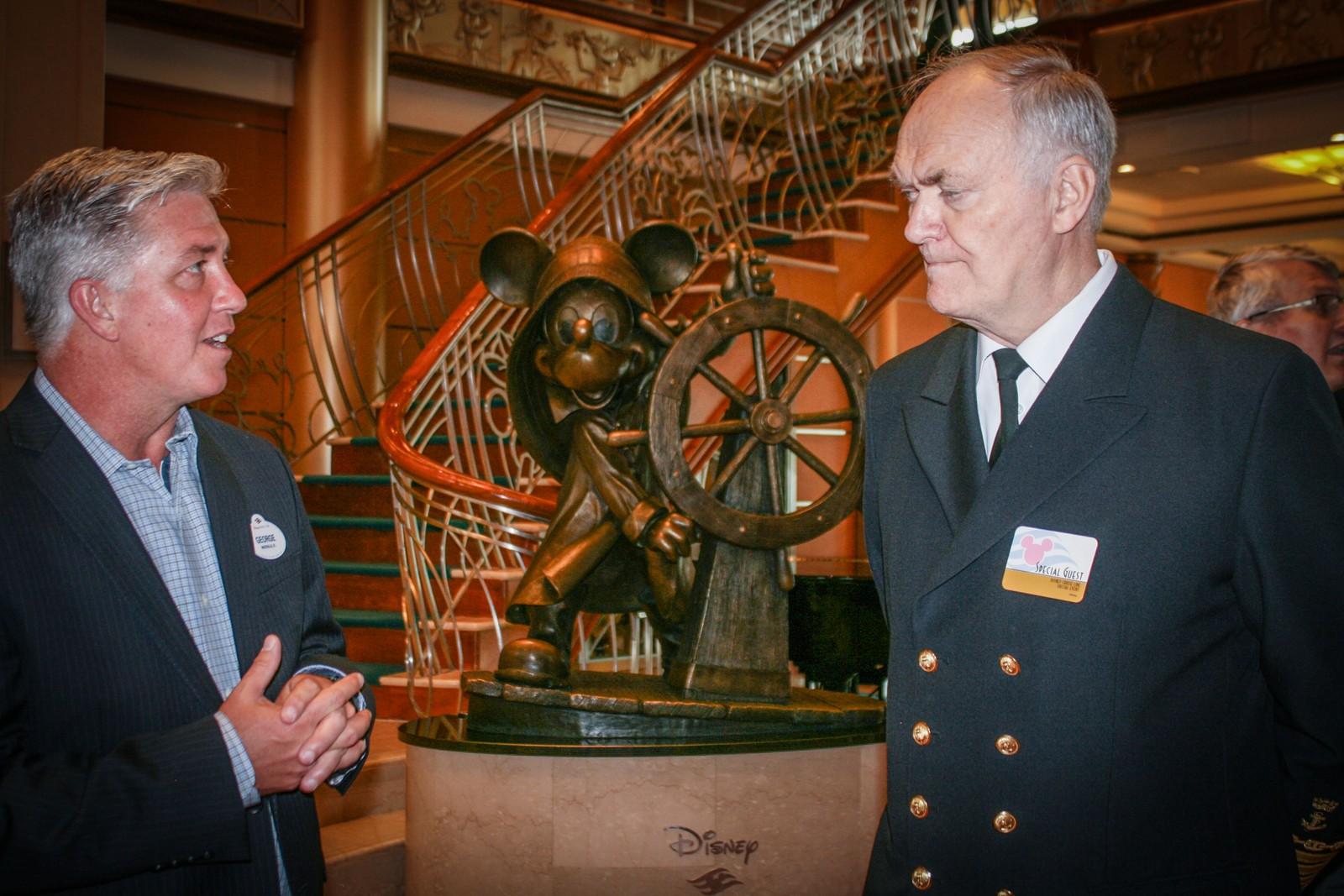 Havnesjef Birger Flem (t.h.) sammen med representanten for Disney om bord i «Disney Magic».