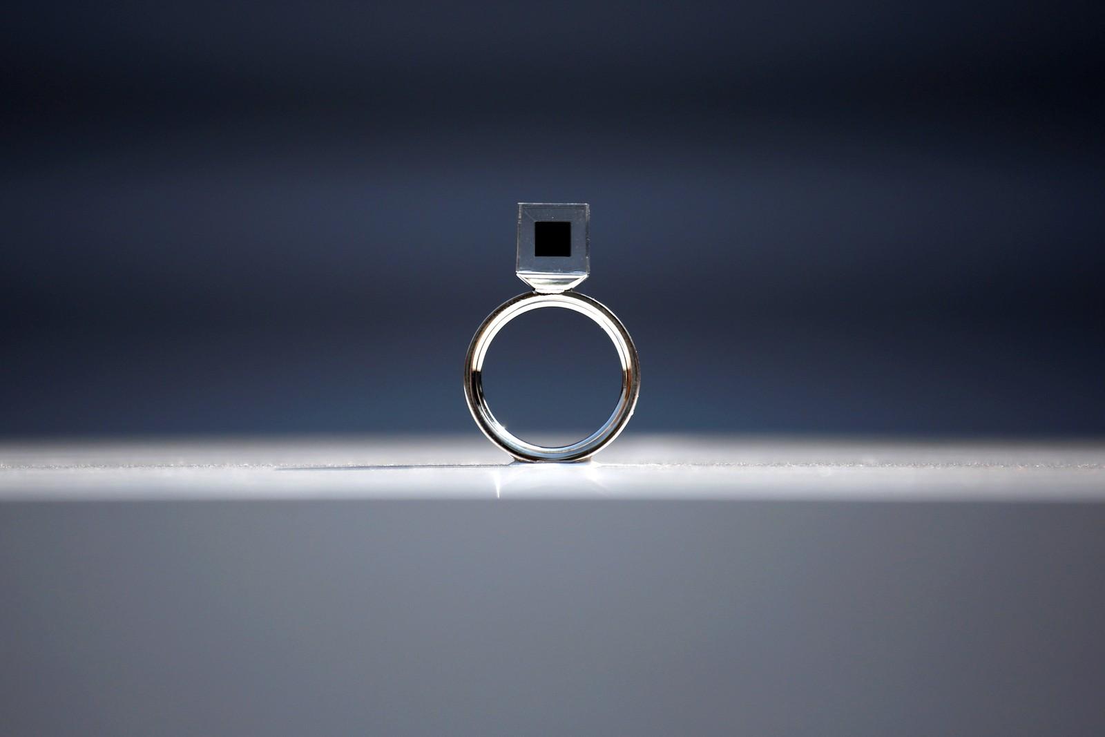 """Dette er """"The Smog Free Ring"""". Den er designet av den nederlandske kunstneren og oppfinneren Daan Roosgaarde, og er laget av smogpartikler som han har samlet med verdens største smogstøvsuger. Ringen er en del av en utstilling kalt the """"The Smog Free Project i Beijing i Kina."""