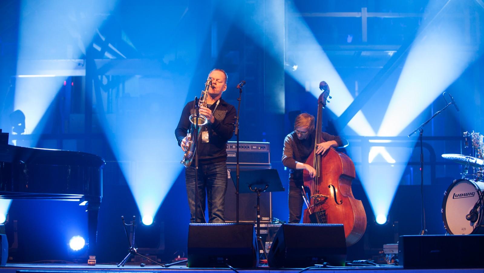 FLOTT KONSERT: Mange kjente, lokale artistar, både talent og etablerte musikarar, opptrer frå scenen i Høyanger.