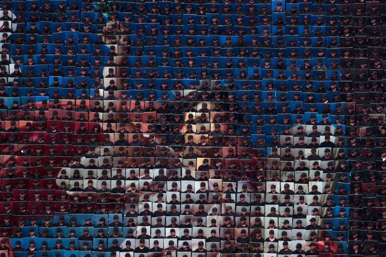 Hundrevis av soldater dannet en kopi av Petronilo Monroys kjente mosaikk La Constitucion i forbindelse med den meksikanske frigjøringsdagen.